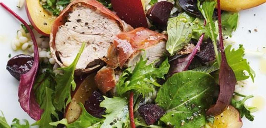Salat med blommer og svinemørbrad