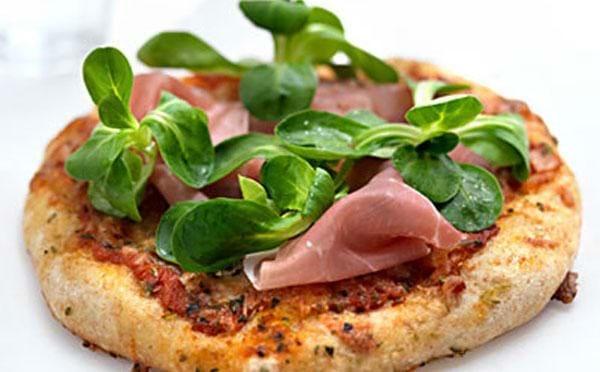 Speltpizza med spegeskinke og babyleaves