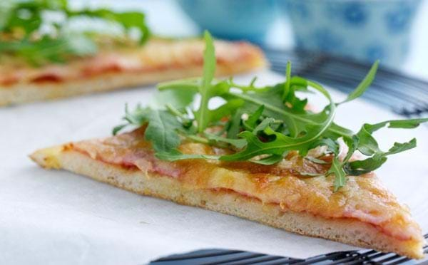 Sprød pizza med rucolatopping