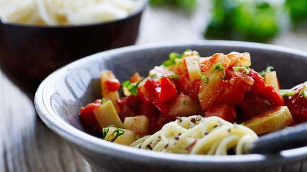 Sugo med glaskål, rødder og peberfrugter