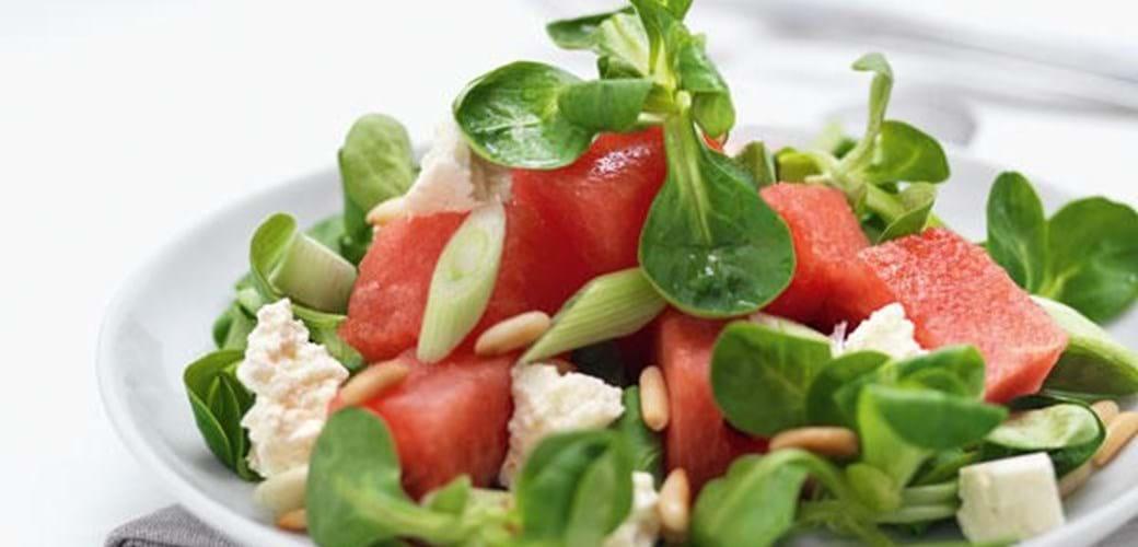 Babyleavessalat med vandmelon, feta og pinjekerner