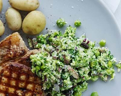 Broccoli-couscous med svinekotelet.
