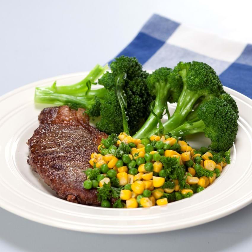 Kalvesteak med broccoli, ærter og majs