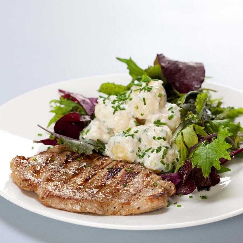 Kalvesteak med kold kartoffelsalat og spæde blandede salater
