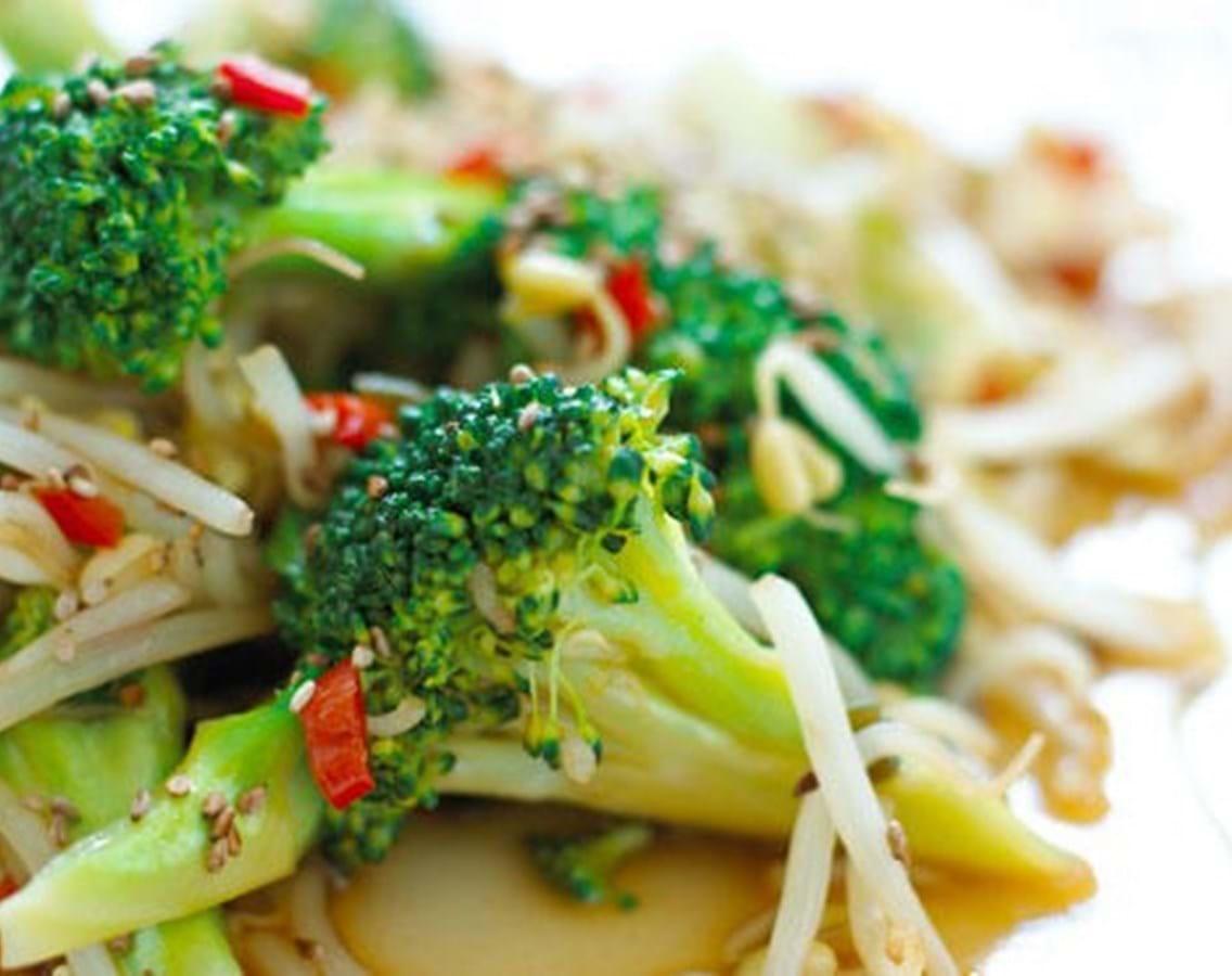 Lynstegt broccoli med soja og sesam