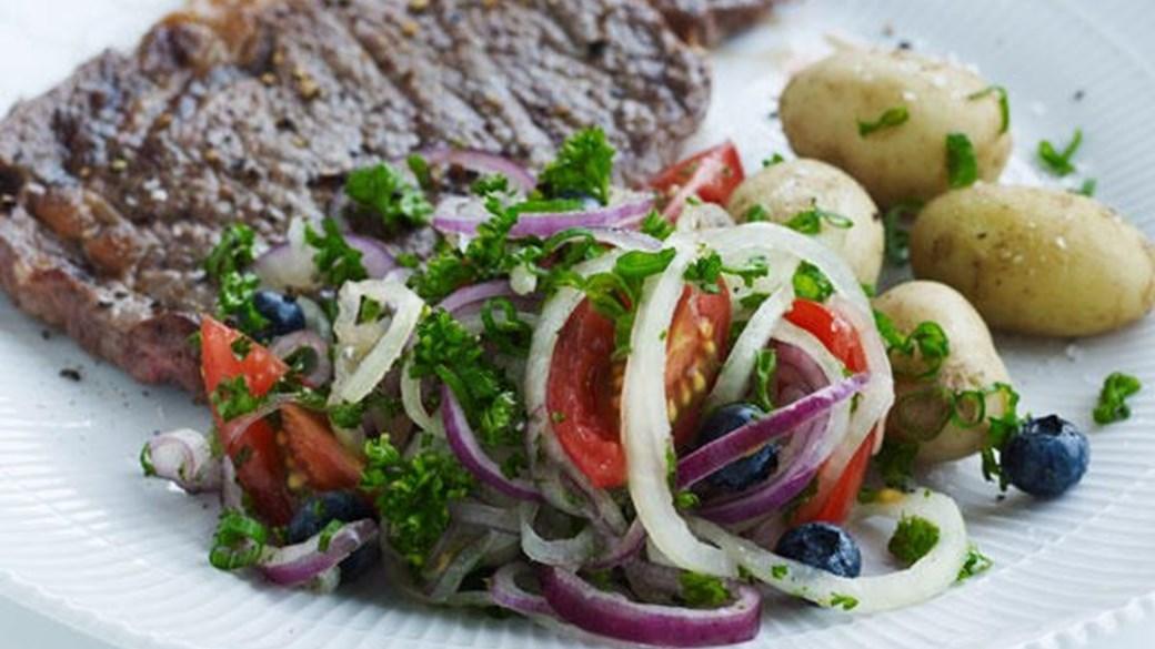 Løgsalat med tomat og blåbær