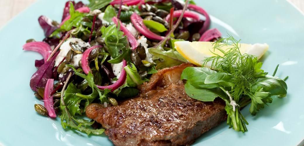 Kalvesteak og salat med mozzarella, friske krydderurter og syltede løg