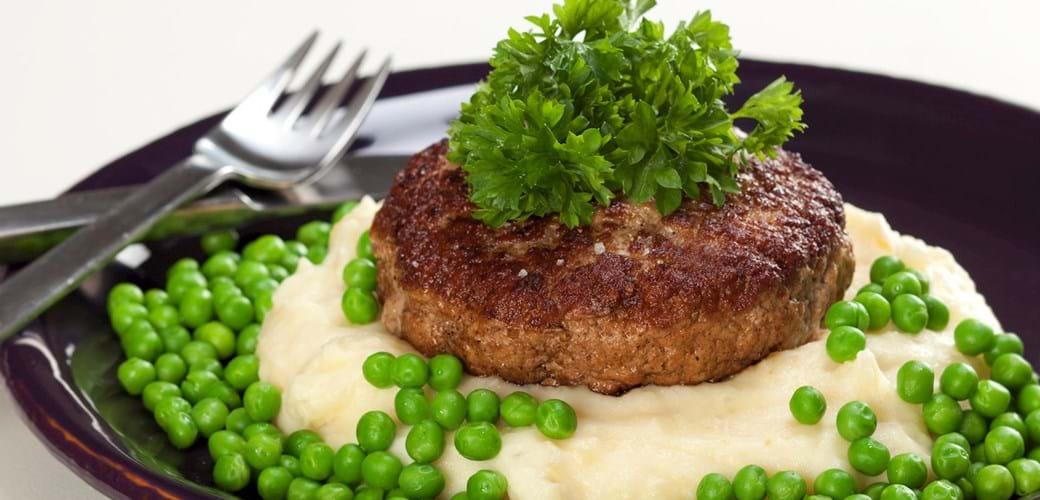 Karbonader med kartoffelmos, ærter og persille