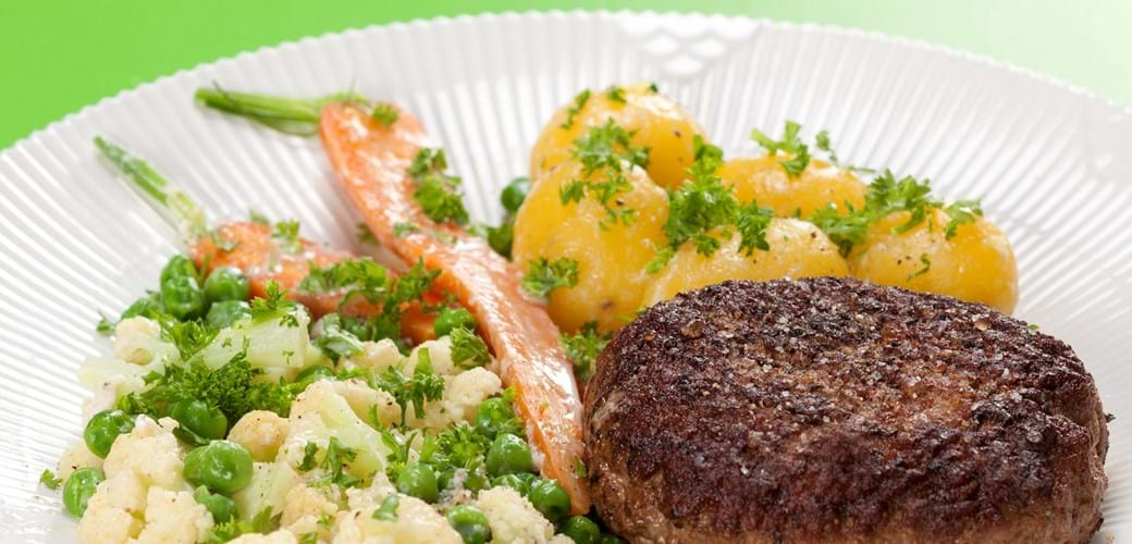 Karbonader med mælkekogte gulerødder, blomkål og ærter
