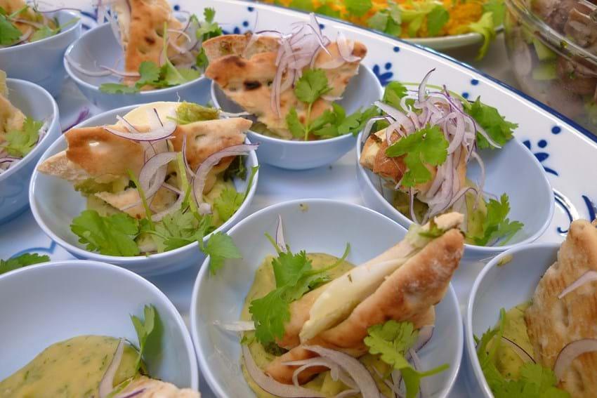Spinat fyldte flade brød serveret med puré af flækærter
