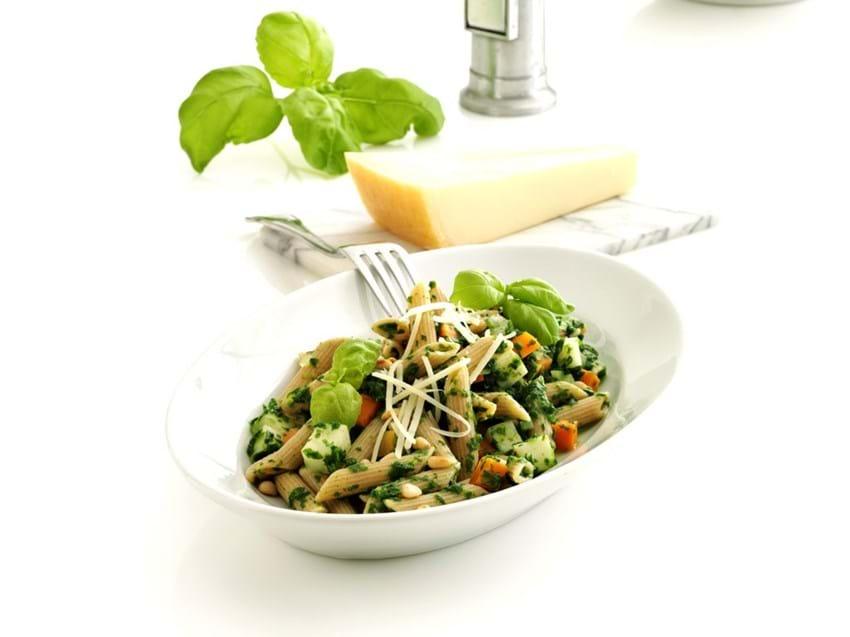 Fuldkornspasta med spinat, rodfrugt og pinjekerner