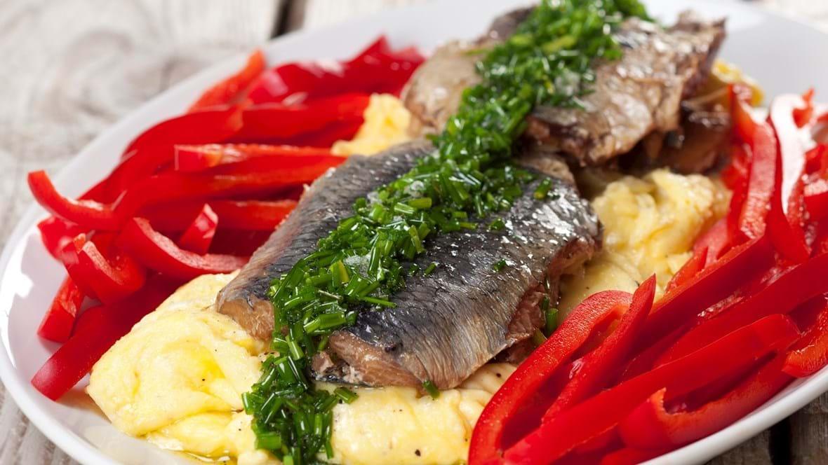 Kippers med røræg, purløgsolie og rød peberfrugt