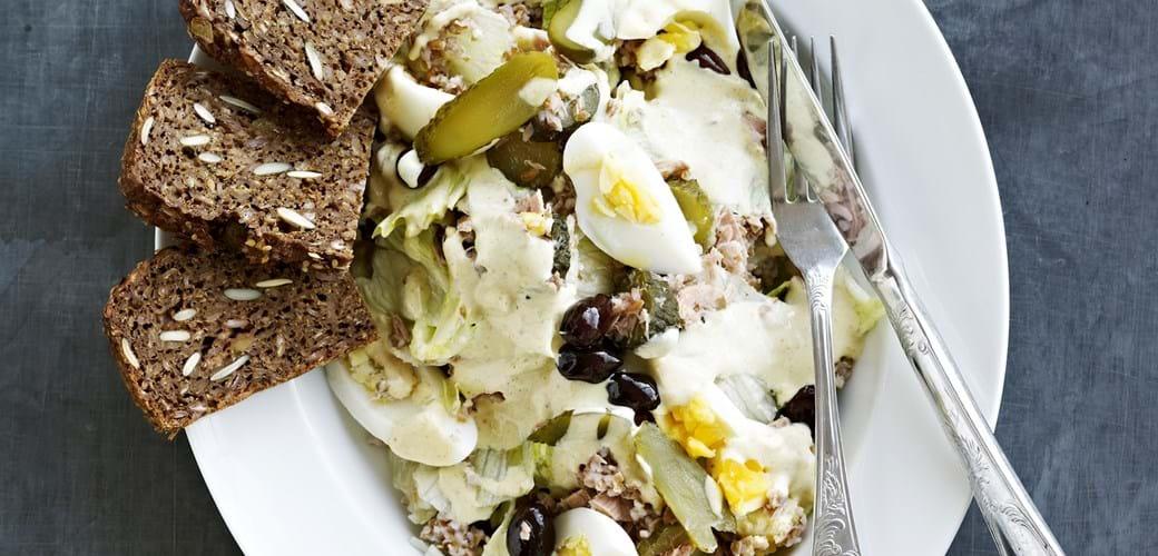 Tun med yoghurtdressing, æg og drueagurker