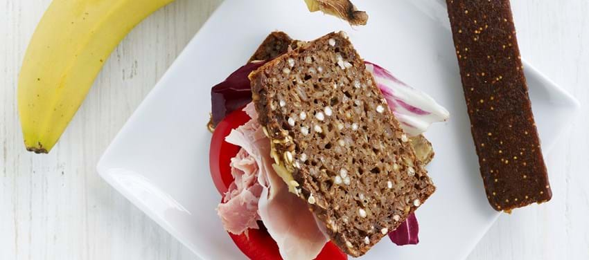 Rugbrød med humus og skinke - børneportion