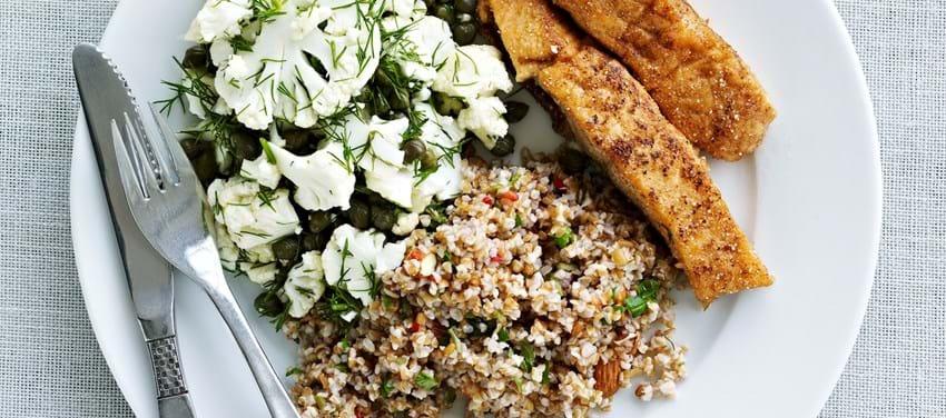 Blomkålssalat med bulgur og stegt laks