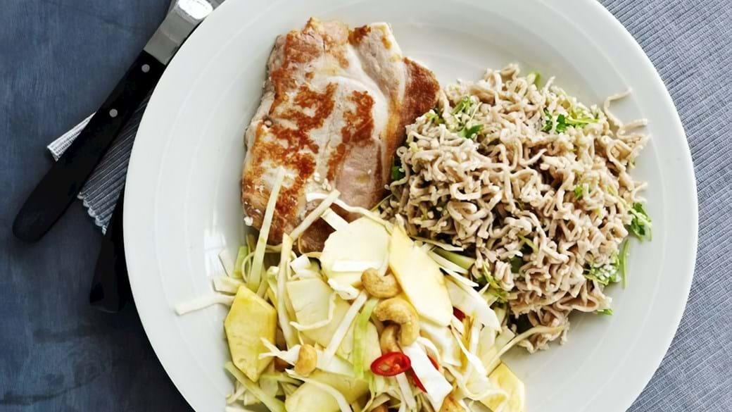 Thai inspireret kålsalat med fuldkornsnudler og koteletter
