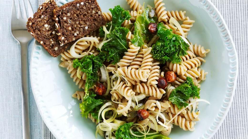 Pastasalat med porre, græskarkerner og grønkål