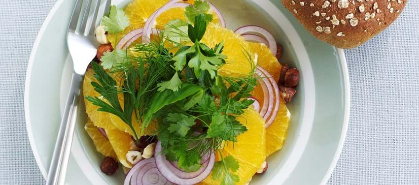 Appelsin med rødløg, hasselnødder og friske krydderurter