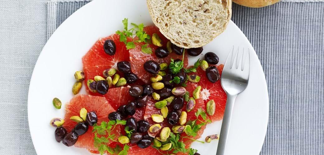 Salat med røde grapefrugter, pistacienødder og oliven