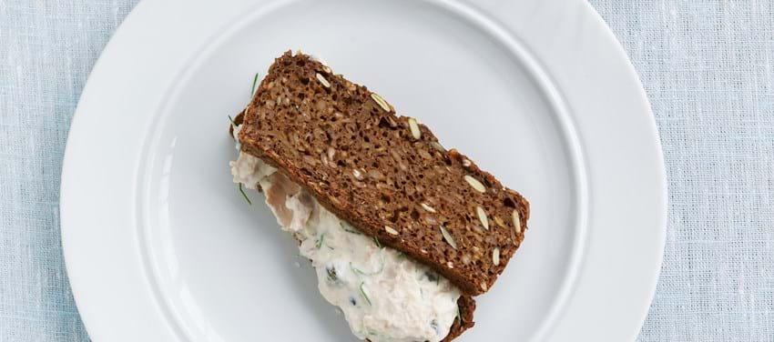 Rugbrødssandwich med tunsalat