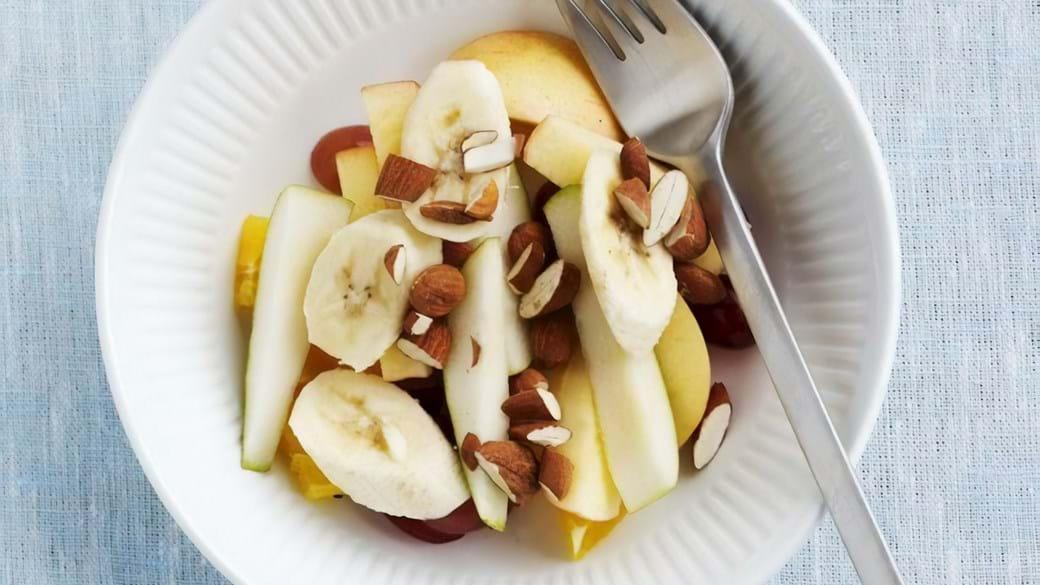 Frugtsalat med ristede mandler