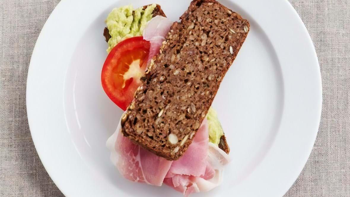 Rugbrødssandwich med avokado og skinke