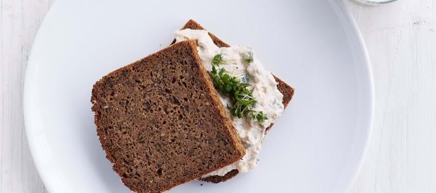 Rugbrødssandwich med torskerognssalat