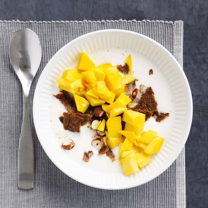 Surmælksprodukt med ristet rugbrød og mango - børneportion