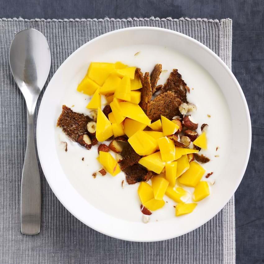Surmælksprodukt med ristet rugbrød og mango