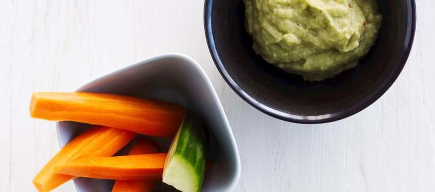 Grøntsager med jordskokke-guacamoledip