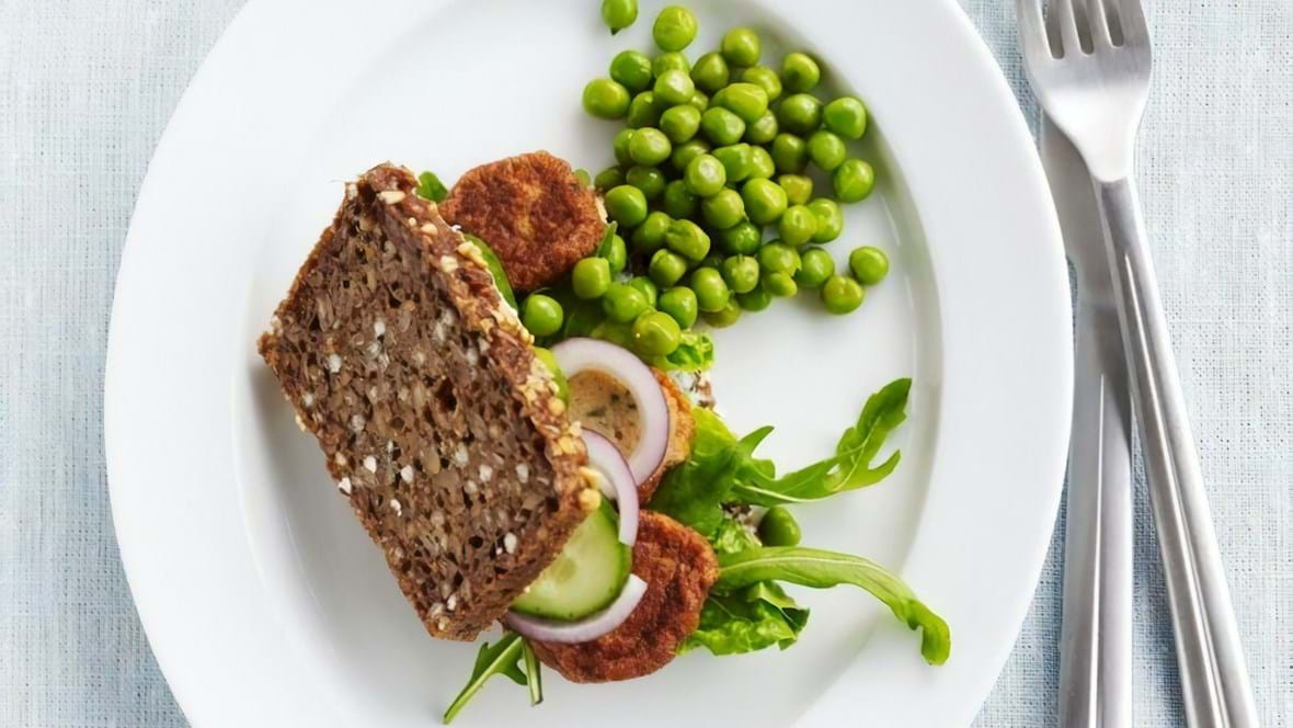Rugbrødssandwich med fiskefrikadelle