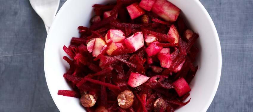 Rødbedesalat med æble og hakkede nødder
