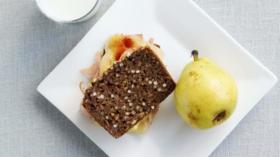 Varm rugbrødssandwich