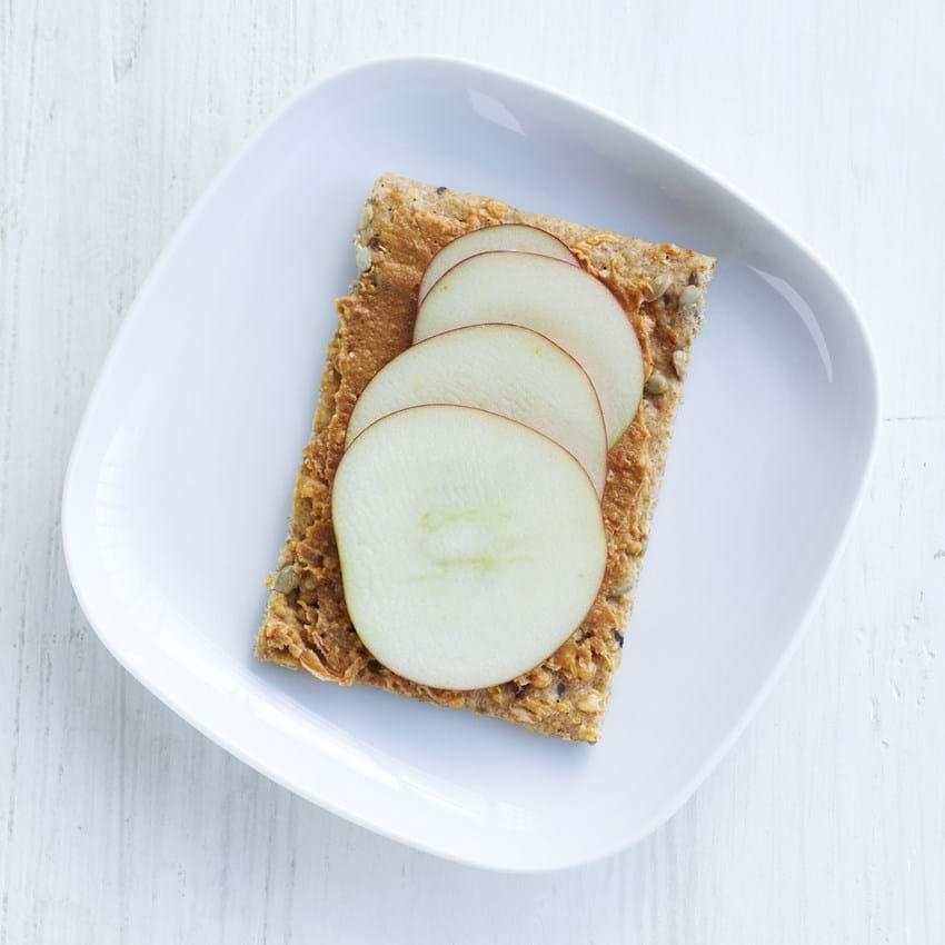 Knækbrød med peanutbutter og æble
