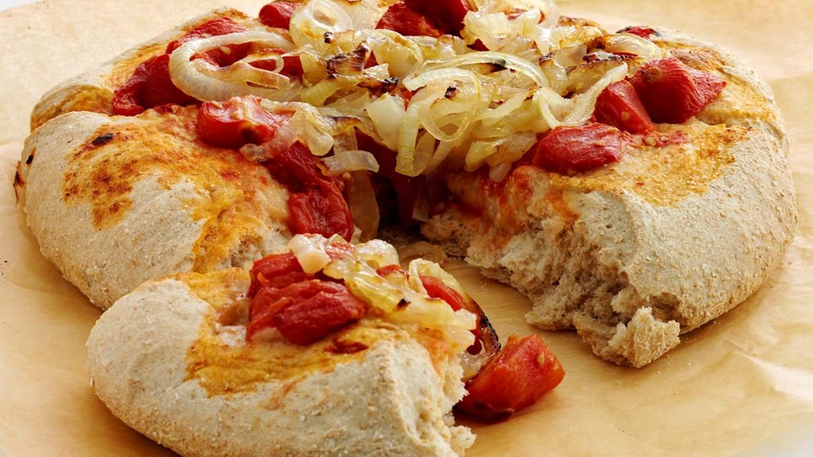Fladbrød med søde løg og tomat