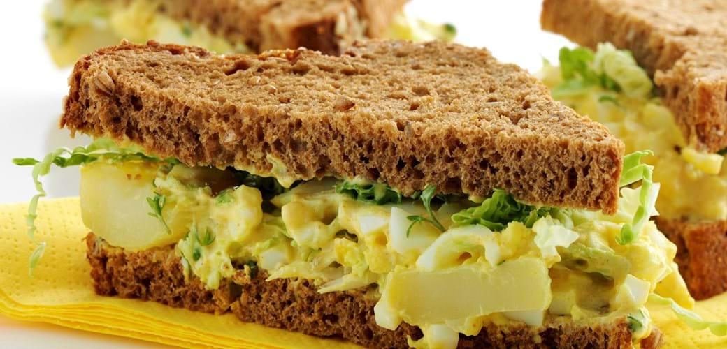 Sandwich med æggesalat og sprødt kål