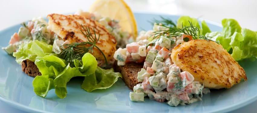 Rugbrødsmad med fiskefrikadelle og grøntsager á là remoulade