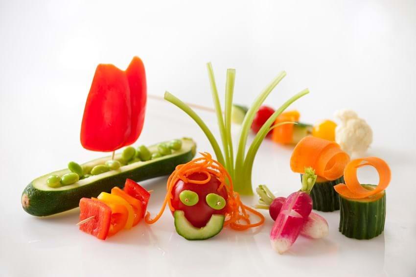 Rå grøntsager skåret på sjove måder