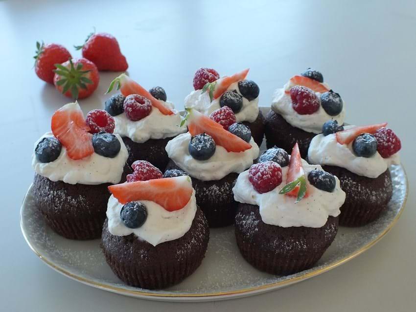 Hurtige kakao-cupcakes med friske bær og flødeskum
