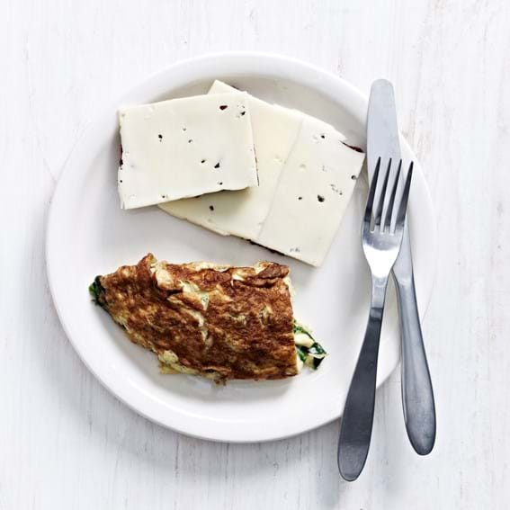 Omelet med spinat, ristet rugbrød og ost