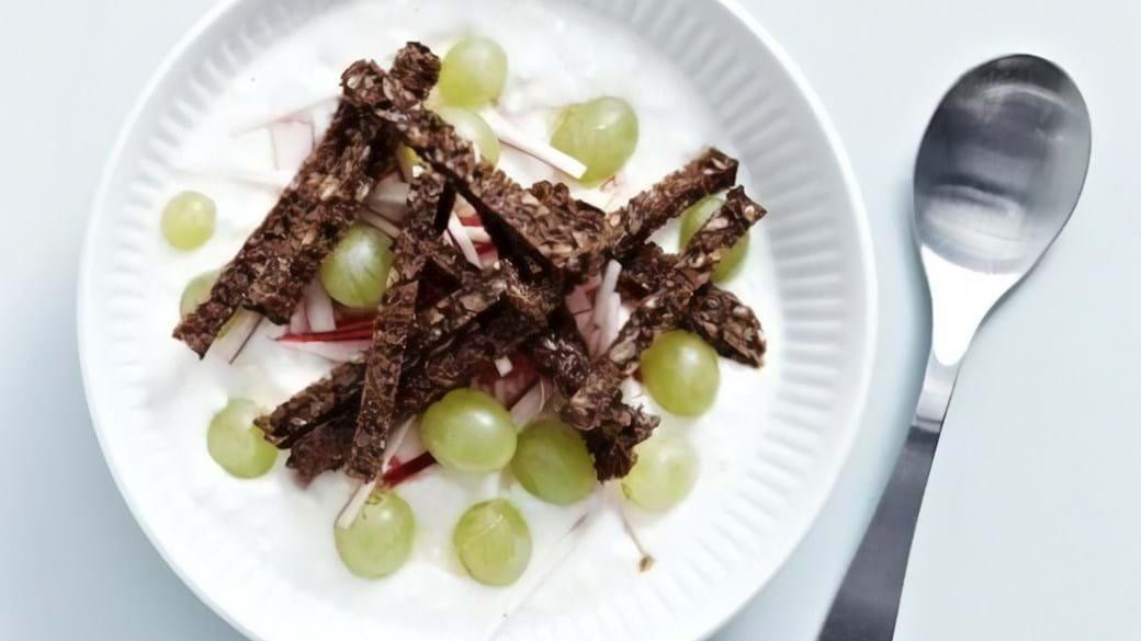 Hytteost og yoghurt med reven rugbrød, rabarber og vindruer