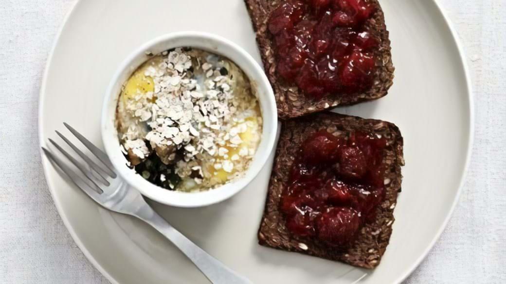 Bagte æg med champignon og spinat