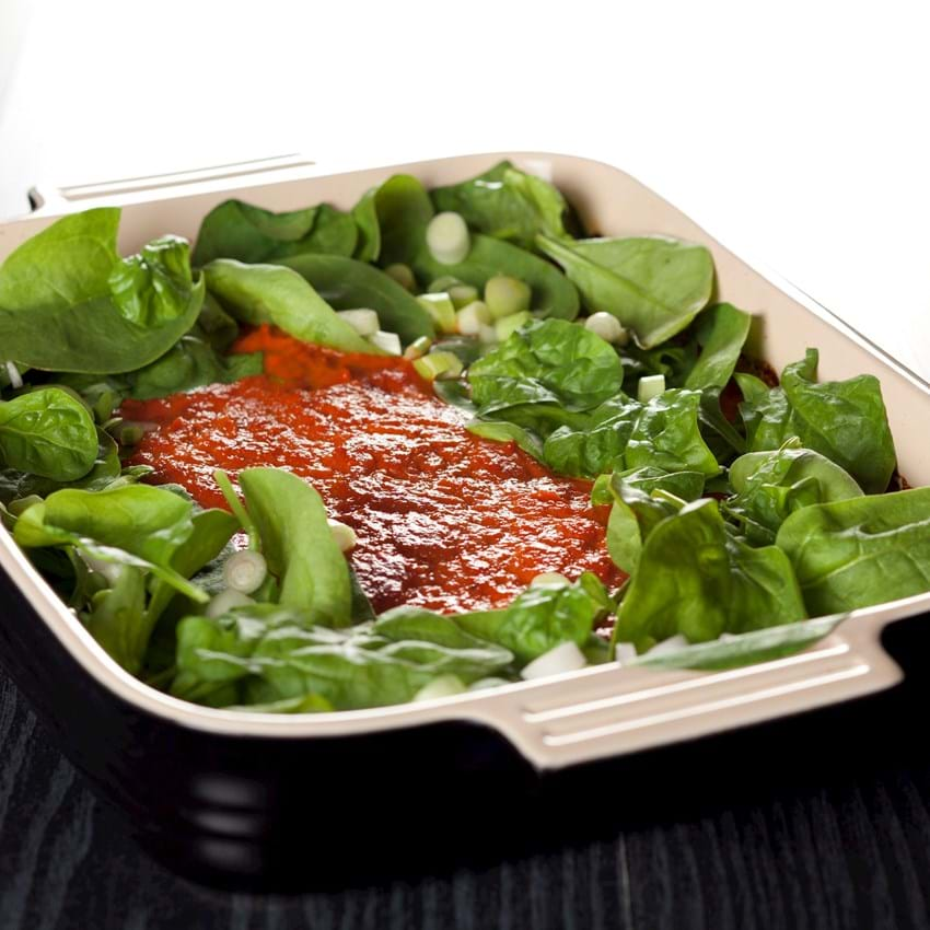 Koteletter i fad med tomat og spinat