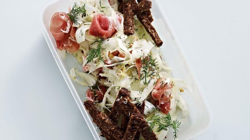Salat med fennikel, parmaskinke og mandler