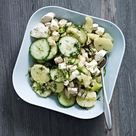 Frisk salat med grønne og hvide asparges, agurk, feta og kalkun