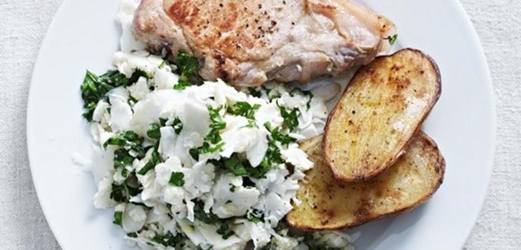 Blomkålssalat, bagte kartofler og grillet svinekotelet
