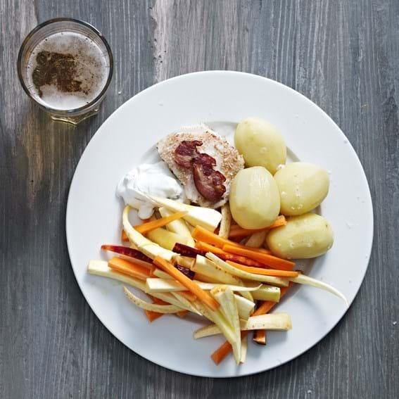 Salat af rødder, sprøde baconkiks og skyrdip. Hertil let ristet torsk