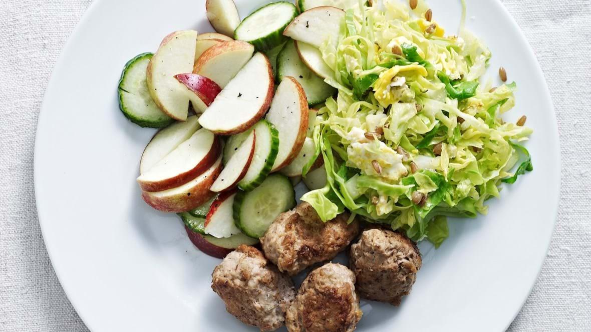 Æble-agurkesalat, rugkerner og frikadeller