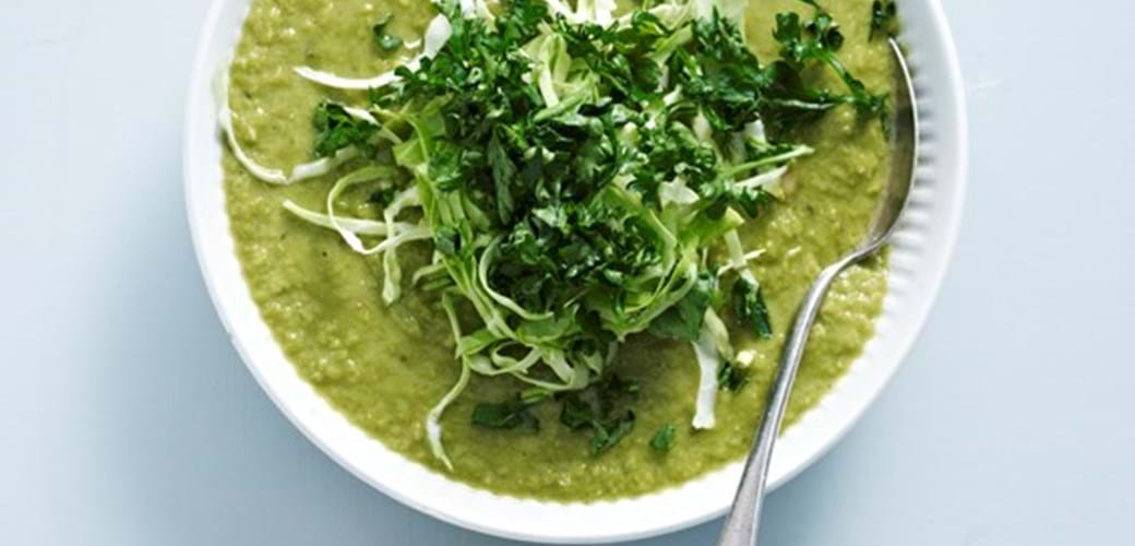 Suppe af grønne ærter med spidskål og kikærter
