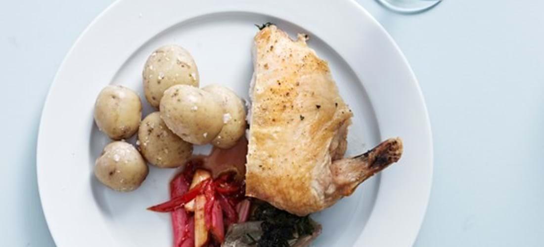Kylling med rabarber og ovnbagte kartofler - se opskriften her